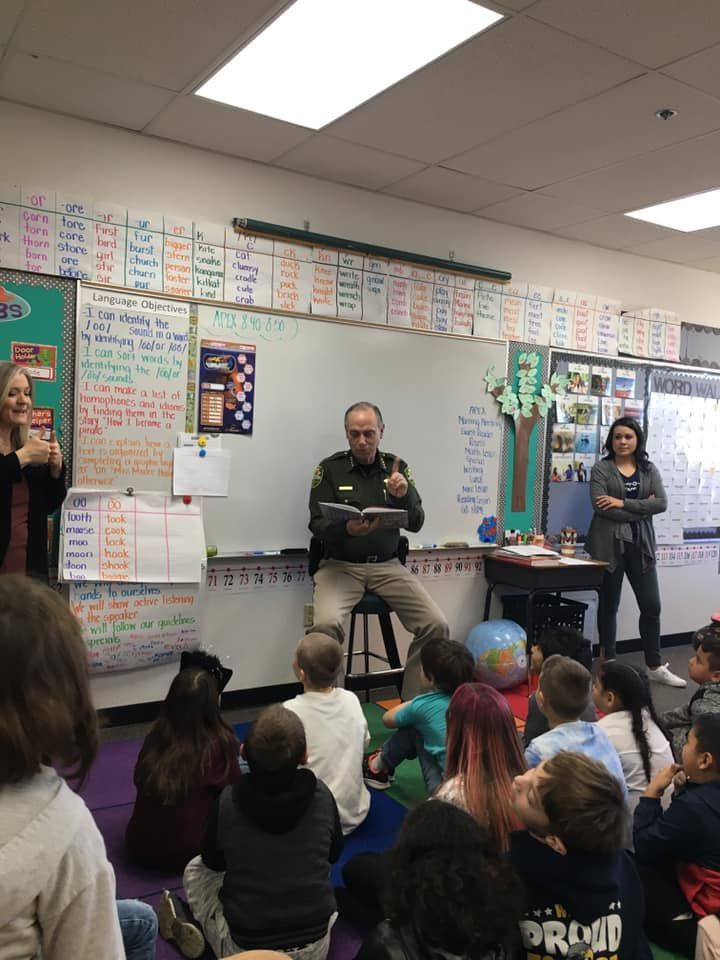 Sheriff Ken Furlong reads to children in Carson City, NV